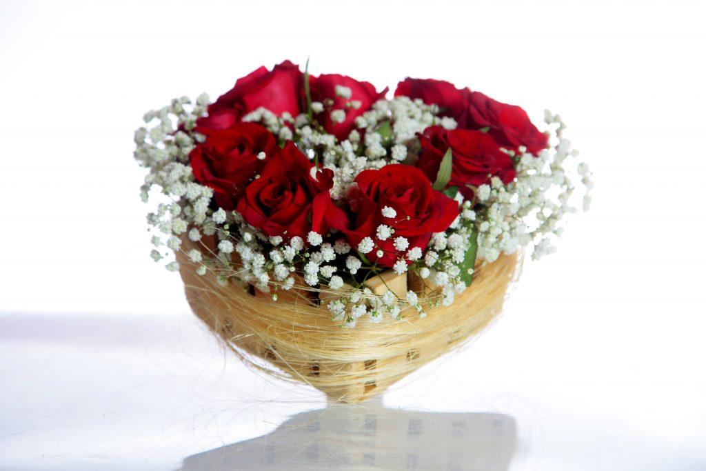 Arranjo de flores em coração de madeira