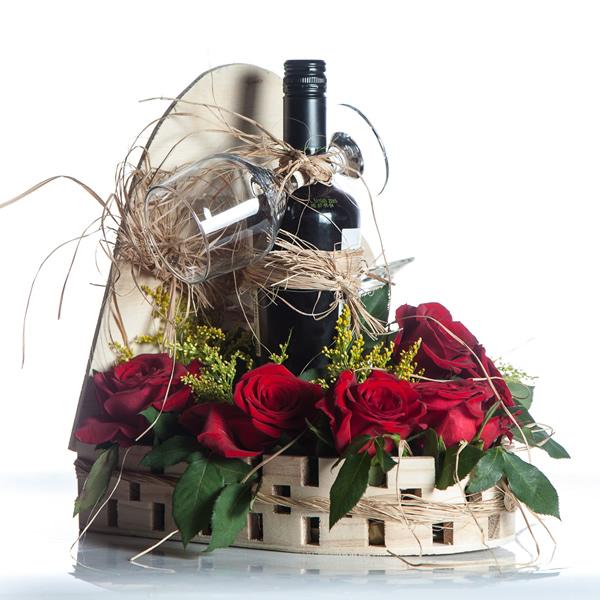 Arranjo de flores com vinho.